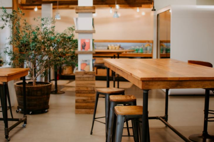 Krzesła barowe w kuchni - czy warto kupić?